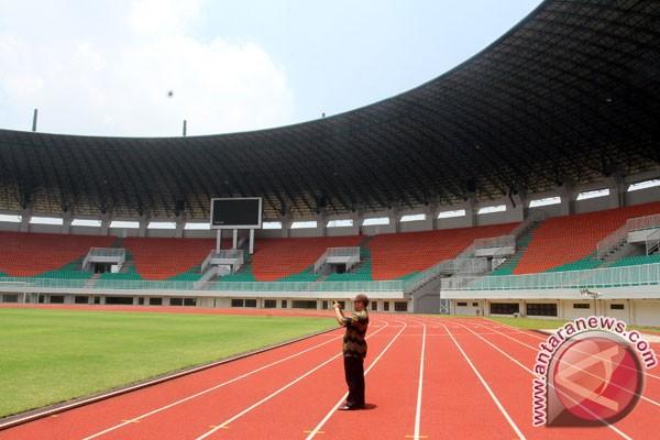 stadion pakansari warga mengabadikan kemegahan stadion pakansari ...