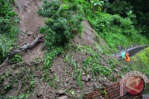 Longsor tutup Jalan Raya Nyalindung Sukabumi