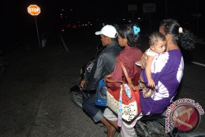 Warga Padang Mengungsi Setelah Gempa Bumi