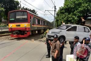 Petugas amankan pemasang batu di atas rel kereta