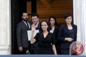 Angelina Jolie turut memprotes kebijakan anti-imigran muslim Trump