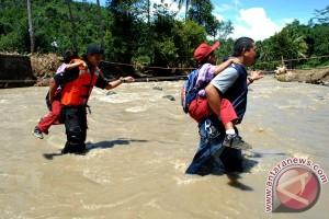Pelajar Menyeberangi Sungai
