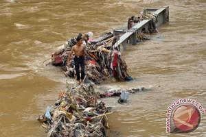 Korban tewas jembatan ambruk lima orang