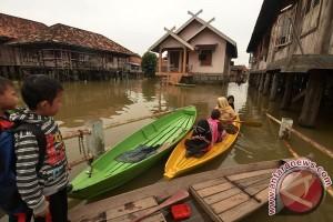 Banjir bandang Jambi hanyutkan 12 rumah warga