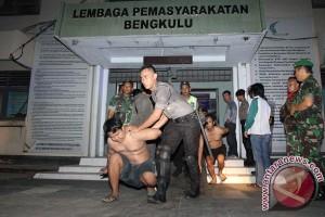 Polisi bantu evakuasi tahanan dari Rutan terbakar di Bengkulu