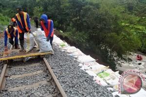 Jalur kereta api di Garut longsor