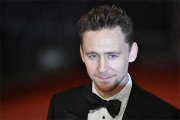 Tom Hiddleston terlihat sedang syuting