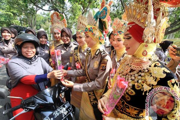 Polwan Bali bagikan mawar pada Hari Kartini