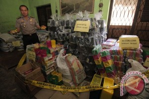 Petugas temukan makanan-minuman kedaluwarsa di toko swalayan