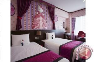 Keio Plaza Hotel luncurkan penawaran terbatas bagi para tamu kamar Hello Kitty: boneka Hello Kitty berseragam staf hotel