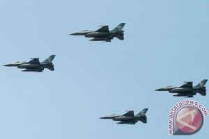 Ribuan anak rebutan selfie di sekitar F-16 dan Hawk