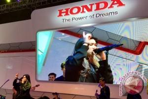 Isyana Sarasvati sapa pengunjung booth Honda di IIMS