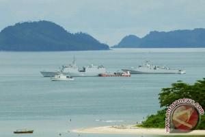 Kapal perang asing tiba di Teluk Bayur