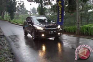 Tips aman berkendara di jalanan basah