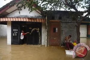 Korban banjir Bekasi butuh bantuan keruk lumpur