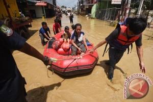 Korban banjir Bekasi bertahan di tenda pengungsian