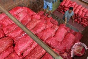 Polisi amankan lima truk pengangkut bawang merah ilegal