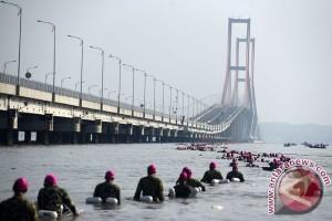 Marinir Berenang Menyeberangi Selat Madura