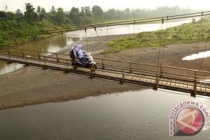 Pelajar Melintasi Jembatan Gantung