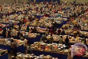 Ratusan koleksi buku perpusda Tulungagung rusak