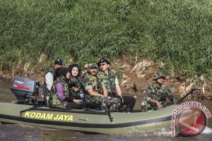 Ahok Inspeksi Proyek Normalisasi Sungai Ciliwung