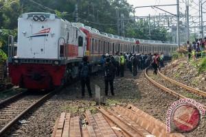 Petasan rusak kabel sinyal KRL Bekasi