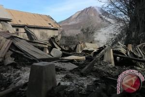 Jalur masuk zona merah Sinabung ditembok