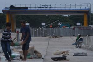 Waria melompat dari jembatan Tol Pulo Gebang