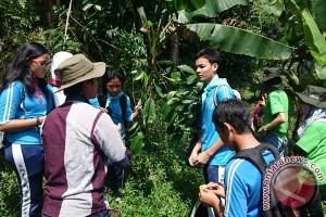 Puluhan siswa belajar keanekaragaman hayati di hulu Sungai Cisadane