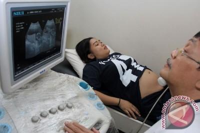 Mengepel lantai tidak menormalkan posisi janin sungsang dalam rahim ibu