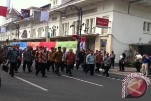 Ketua MPR dan wali kota Bandung jalan kaki menuju Gedung Merdeka
