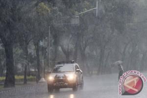 Sebagian area Jabodetabek diprediksi hujan siang dan malam