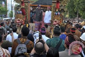 Presiden naik mobil hias di pawai Pesta Kesenian Bali