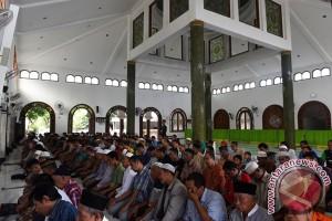 Warga Kendari bersihkan masjid sambut Idul Fitri