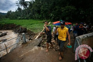 Menteri Sosial tinjau korban banjir longsor Purworejo