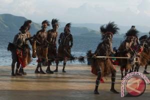 Pelajar Jayawijaya upacara Hardiknas gunakan pakaian adat