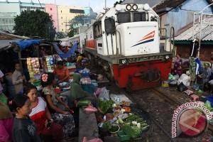 Pasar Pinggir Rel Surabaya