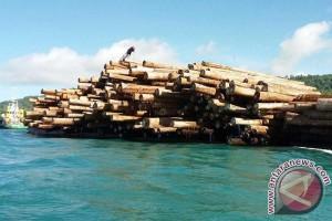 Pelepasan kapal bermuatan kayu log oleh Dinas Kehutanan Maluku