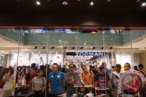 "Warga Jakarta beli alas kaki saat ""midnight sale"""