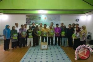Belum teraliri listrik, PT Rimba Raya Conservation sumbangkan lentera surya untuk menerangi Desa-desa di Kabupaten Seruyan, Kalimantan Tengah