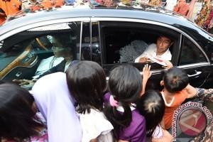 Presiden Jokowi bagikan paket sembako di Serang
