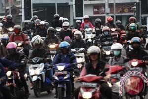 Pemudik sepeda motor melintasi Kota Bogor