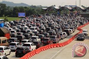 Tol Jakarta-Cikampek tersendat jelang rest area