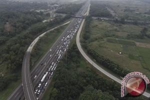 Jalan berlubang picu kemacetan gerbang tol Karawang