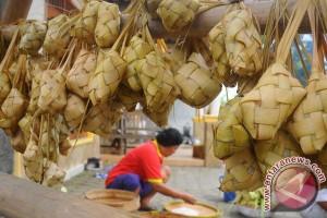 Warga Gorontalo padati Festival Ketupat Danau Perintis 2017