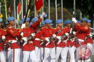 Pergantian pasukan jaga Istana jadi tontonan menarik masyarakat