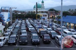 Kepadatan Kendaraan Di Pelabuhan Ketapang