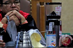 Sedotan dari gelas Mirna dibuang pelayan Kafe Olivier