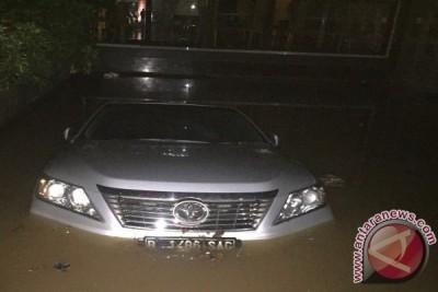 Mobil-mobil mewah terjebak banjir Kemang
