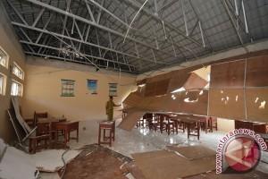 Dua siswa SMP luka tertimpa plafon ambruk